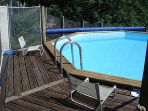 swiming pool and wooden deck to the holiday rental La Source in Ardeche